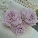 Detalle de rosas en torta de 3 pisos