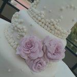 Decoración de torta con perlas en glasé