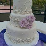 Torta de 3 pisos con perlas y rosas