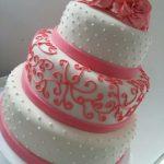 torta decorada en rosa y blanco