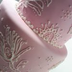 detalle de torta en rosa , 2 pisos