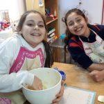 niñas en el taller de repostería