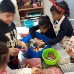 elaborando cosas ricas en taller infantil