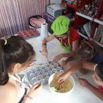 Elaboración de cupcakes en taller infantil, marzo 2020