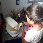 Elaborando masa en taller infantil 2020